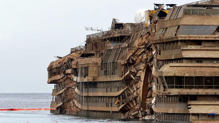 Das Schriffswrack der Costa Concordia liegt am 17.09.2013 mit massiv zerstörter Seite im Wasser.