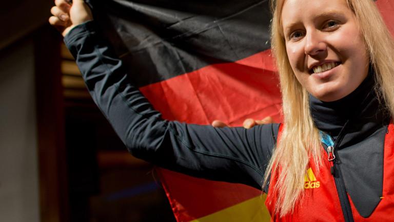 Die Athletin Andrea Rothfuss trägt die deutsche Flagge.