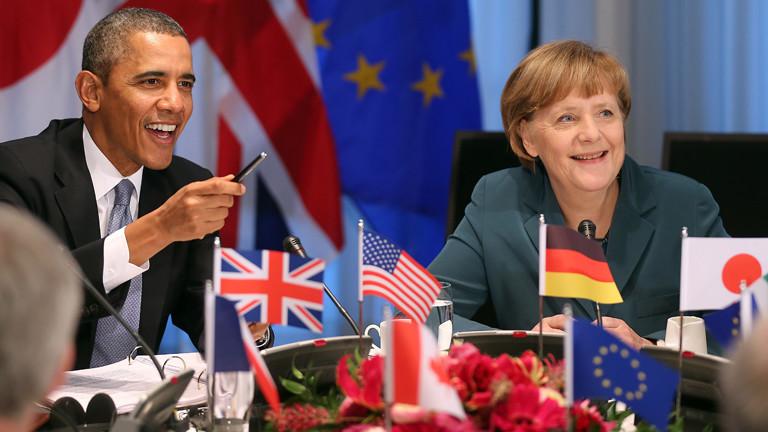 Barack Obama und Angela Merkel sitzen am 24.03.2014 in Den Haag am Tisch des G7-Treffens.