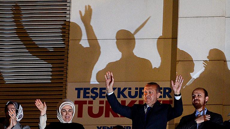 Erdogan lässt sich nach dem Sieg bei den Kommunalwahlen 2014 in der Türkei feiern.