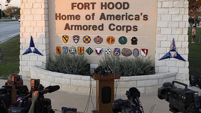 Journalisten vor dem Eingang zum Fort Hood, dem größten Militärstützpunkt der USA