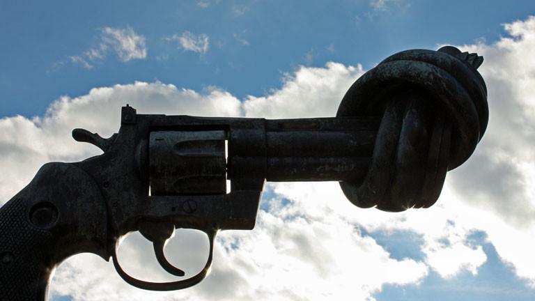 """""""Non Violence""""-Skulptur von Carl Fredrik Reuterswärd vor dem UN-Hauptquartier in New York"""