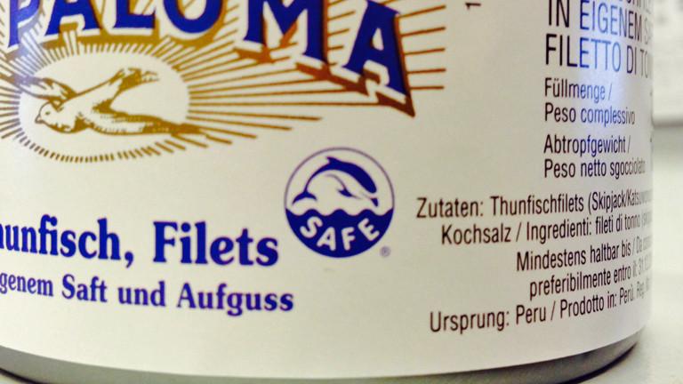 """Auf einer Thunfisch-Dose ist ein Logo zu sehen: Ein fröhlicher Delfin mit dem Schriftzug """"Safe"""" darunter."""