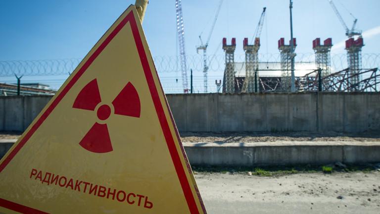 Ein Schild in Tschernobyl warnt vor Radioaktivität am 24.04.2013.
