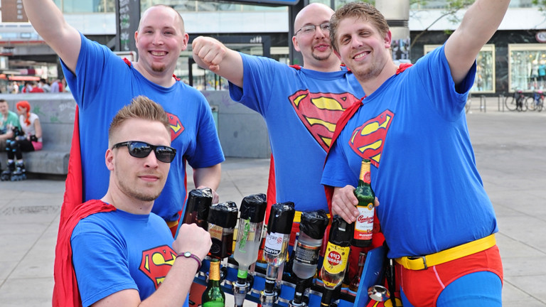 Vier Männer in Superman-Kostümen posieren am 09.05.2013 auf dem Alexanderplatz in Berlin.