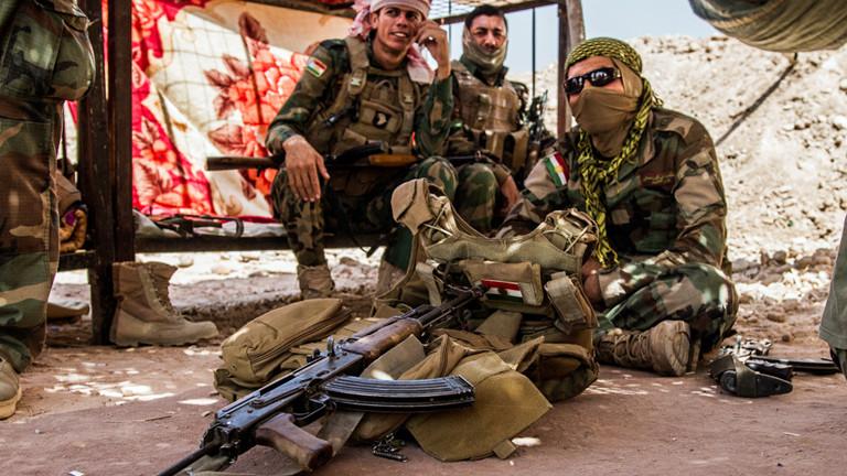 Kurdische Peschmerga halten an diesem unwirtlichen Ort, auf der Kuppe eines Berges, umgeben von Wällen und Sandsäcken, ihre Stellung.