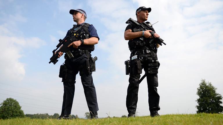 Am 04.09.2014 stehen zwei schwer bewaffnete Polizisten in Newport, Wales, und bewachen den dortigen Nato-Gipfel.