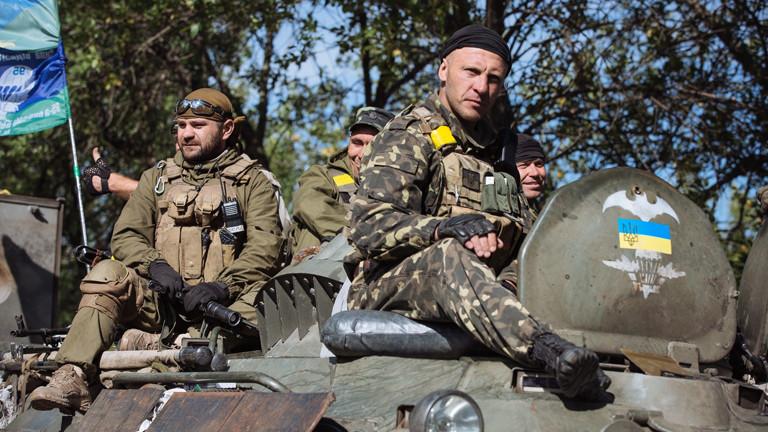 Soldaten der ukrainischen Armee sitzen am 04.09.2014 auf einem Panzer.