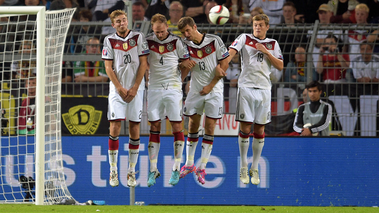 Christoph Kramer, Benedikt Höwedes, Thomas Mueller und Toni Kroos hüpfen beim Spiel gegen SChottland am 07.09.2014 gegen Schottland.