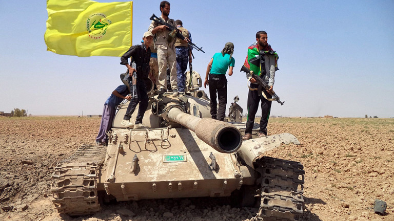 Mitglieder der irakisch-schiitischen Miliz stehen am 02.09.2014 auf einem zerstörten Panzer während ihrer Kämpfe gegen die Isis-Terroristen.