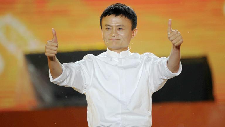 Jack Ma, Chef vom Versandhandel Alibaba, hat zwei Daumen, die er in die Luft streckt.