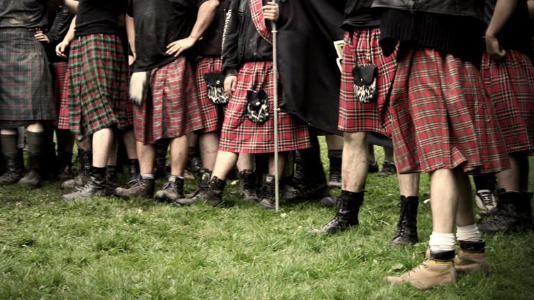 Viele Männer in Schottenröcken stehen nebeneinander (eyelab | photocase.com).