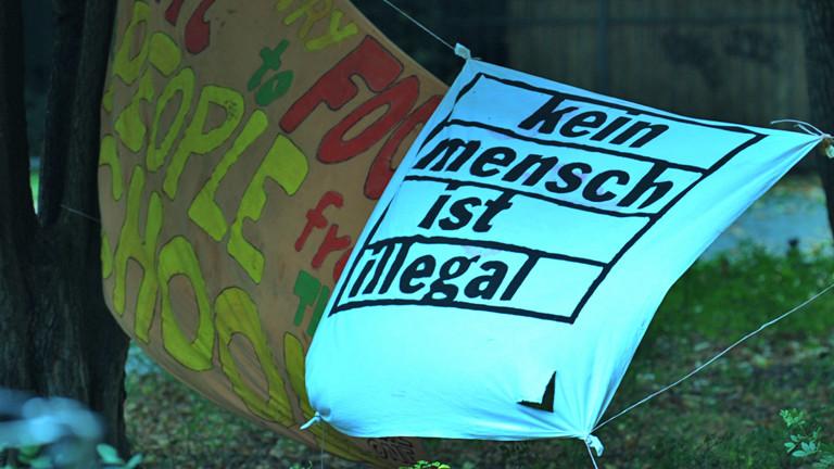 """Das Transparent """"Kein Mensch ist illegal"""" hängt am 12.09.2014 in Berlin vor der St. Thomas-Kirche am Mariannenplatz in Kreuzberg (dpa)."""