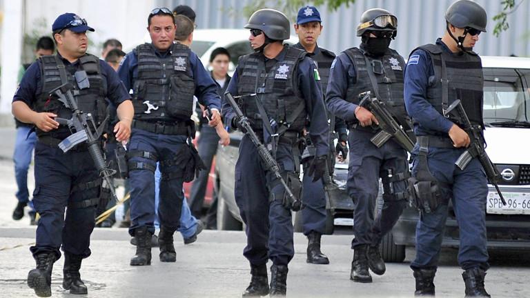 Eine Gruppe von Polizisten in Kampfausrüstung patroullieren durch die Straßen in Mexiko am 13.09.2012.
