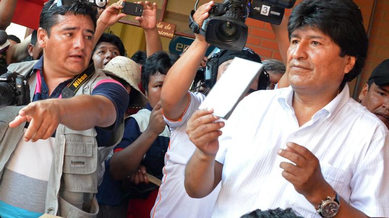 Boliviens Präsident Evo Morales gibt am 12.10.2014 seinen Stimmzettel ab.