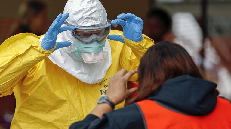 Am 16.10.2014 trainieren Studenten in den USA, wie sie sich gegen Ebola schützen können.