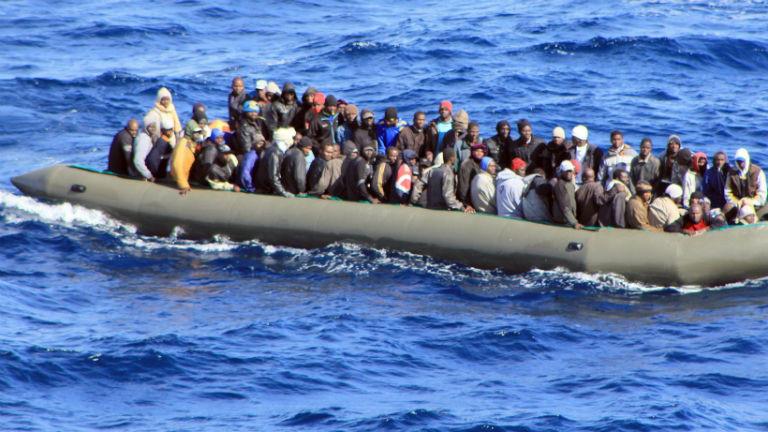 Ein überfülltes Boot mit Flüchtlingen auf dem Meer. Bild: dpa