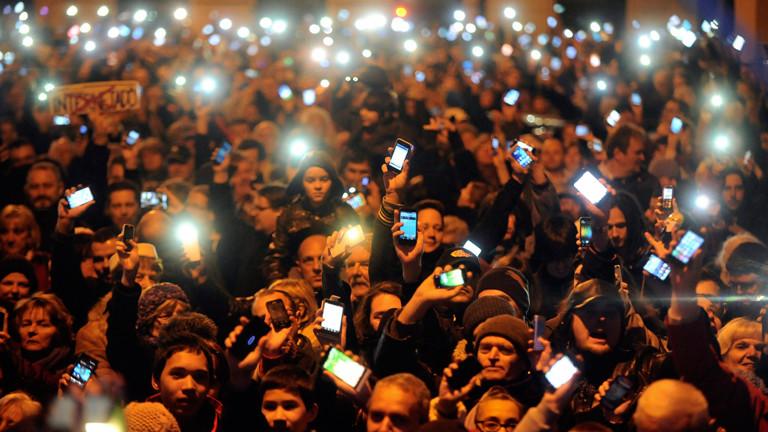 In Ungarn demonstrieren Bürger gegen die geplante Internetsteuer (am 26.10.2014, dpa).