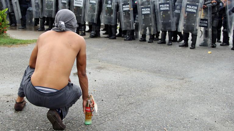Studenten gegen Polizisten. Szene aus Acapulco.