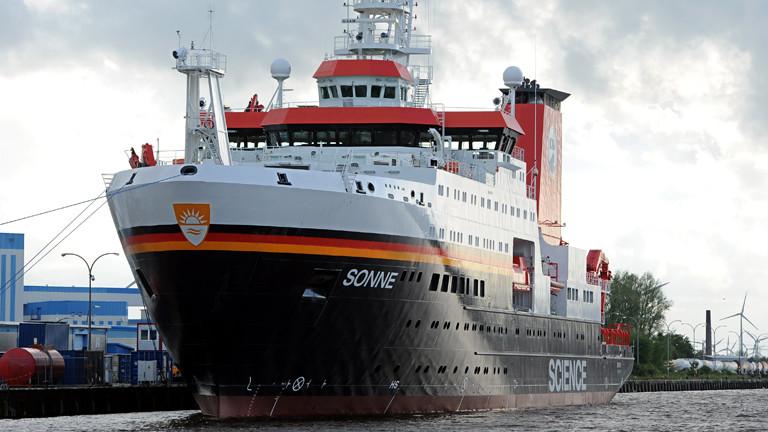 """Nach seiner Überführungsfahrt liegt der Neubau des Forschungsschiffes FS """"Sonne"""" am 11.05.2014 an der Ausrüstungspier der Meyer-Werft im Hafen von Emden."""