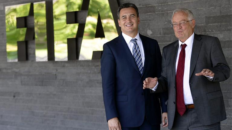 Michael J. Garcia (L), und Hans-Joachim Eckert (R), aus der Ethik-Kommission der Fifa stehen vor dem Fifa-Haus in Zürich