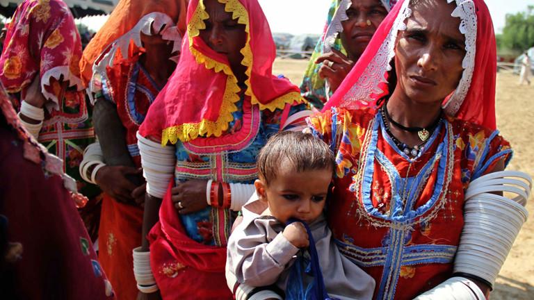 Am 07.11.2014 stehen Menschen in Tharparkar an, um Lebensmittel zu bekommen.