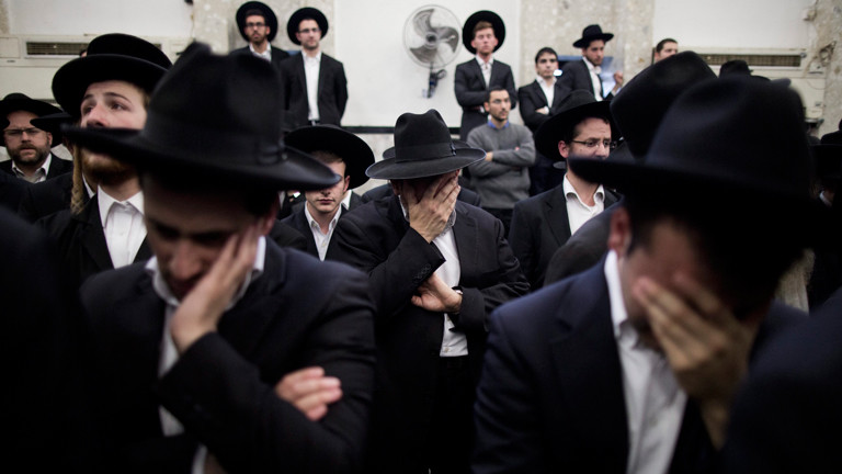 Orthodoxr Juden trauern am 18.11.2014 bei dem Begräbnis von Rabbi Moshe Twersky, der bei einem Anschlag gestorben ist.