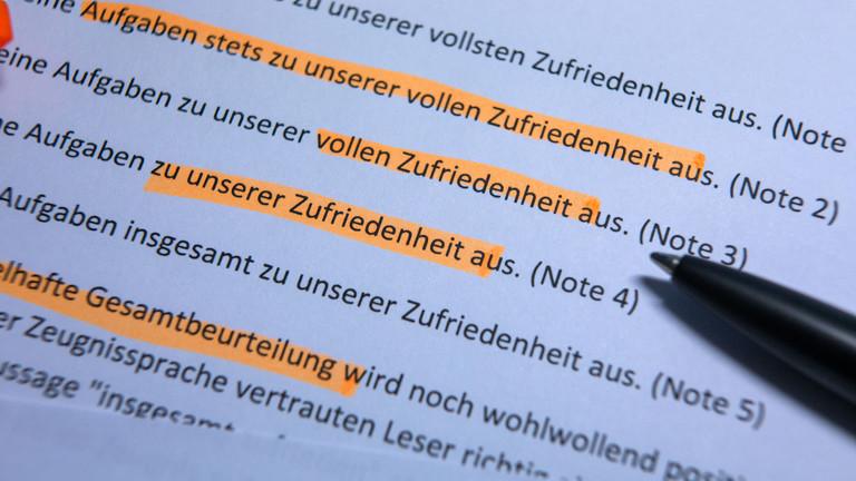 Auf einem Blatt Papier sind typische Aussagen aus Arbeitszeugnissen markiert.