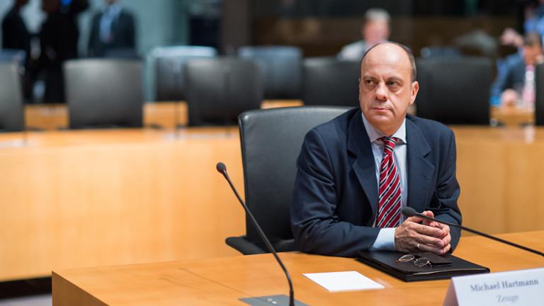 Der Bundestagsabgeordnete Michael Hartmann (SPD) sitzt am 18.12.2014 als Zeuge in der Sitzung des Untersuchungsausschuss des Bundestages in Berlin.