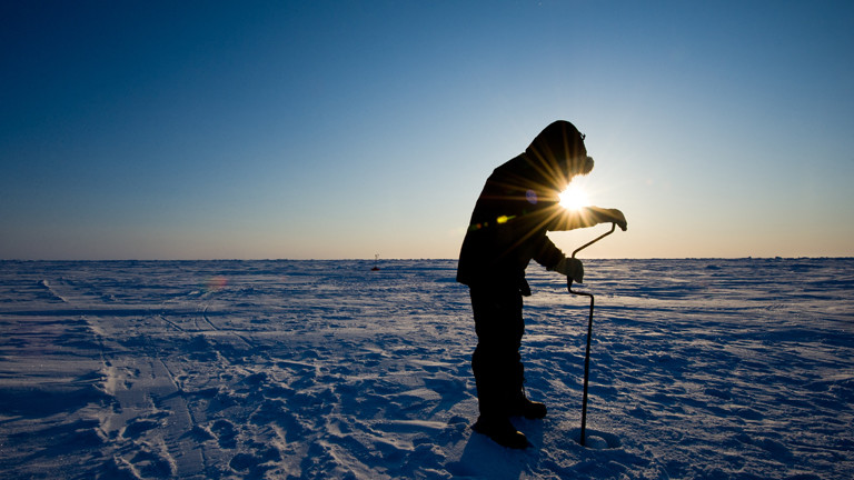 Ein Wissenschaftler nimmt am Nordpol eine Bodenprobe.