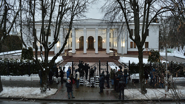 Der Regierungssitz von Weißrussland in Minsk wird am 10.02.2015 von Journalisten belagert.