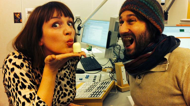 Moderatorin Marlis Schaum und Sebastian Sonntag stehen im DRadio-Wissen-Studio und naschen Schaumküsse.