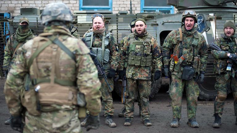 Freiwillige der ukrainischen Armee bereiten sich auf ihren Einsatz vor.