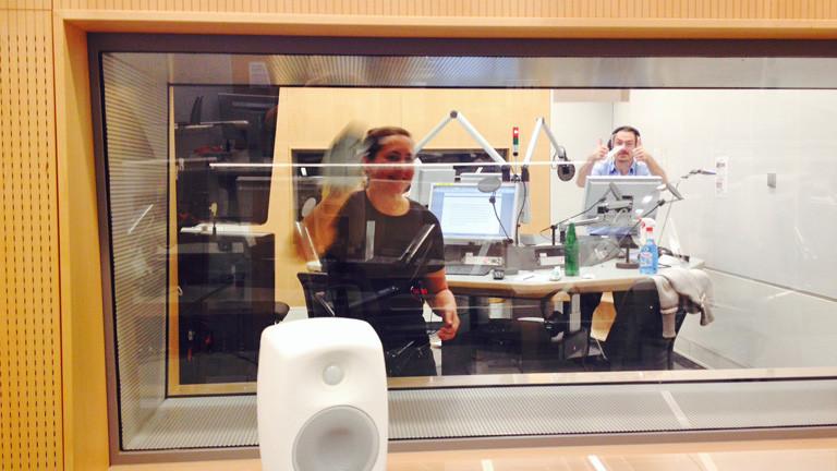 Tina Kießling putzt im Studio die Scheibe.