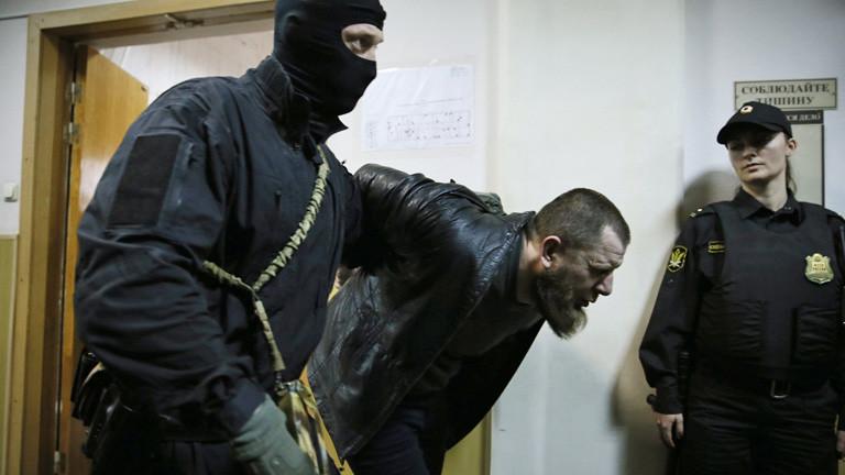 Tamerlan Eskerkhanov wird abgeführt, er ist verdächtigt an dem Mord Boris Nemtsows beteiligt gewesen zu sein; Bild: dpa