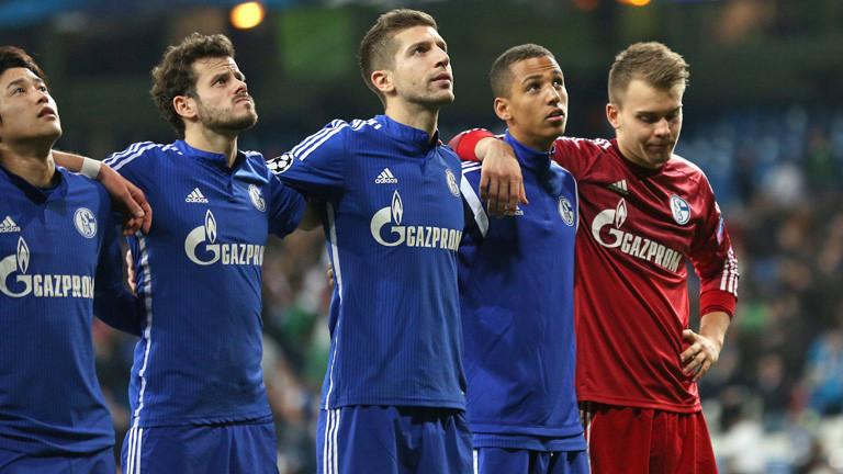 Schalke's Atsuto Uchida, Roman Neustaedter, Matija Nastasic, Thilo Kehrer und Timon Wellenreuther stehen nebeneinander nach dem Spiel gegen Real Madrid (10.03.2015); Bild: dpa
