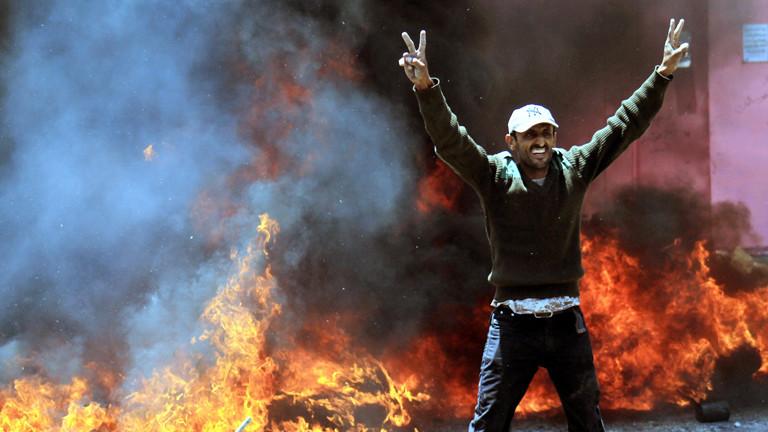 Ein Mann steht am 24.03.2015 in Jemen vor einer brennenden Stelle.