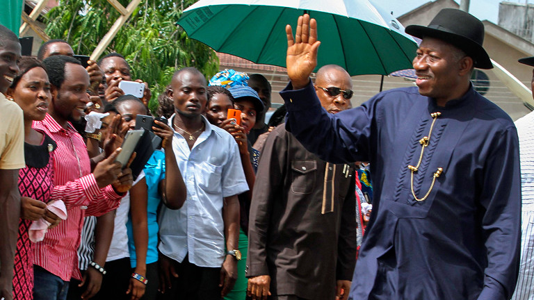 Goodluck Jonathan winkt seinen Wählern am 28.03.2015 in Nigeria zu.