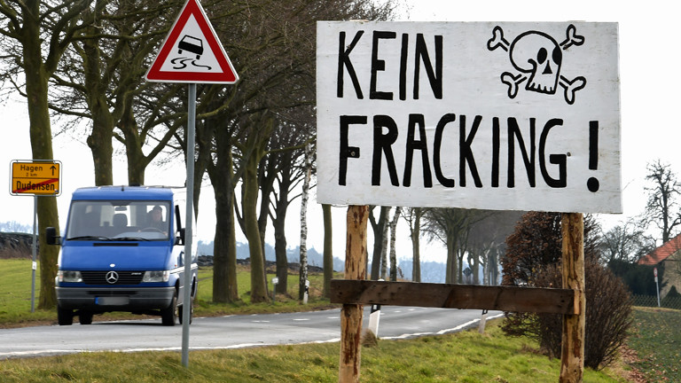 """Ein Transparent mit Totenkopf und der Aufschrift """"Kein Fracking!"""" steht am 06.03.2015 an der Ortsgrenze von Dudensen."""