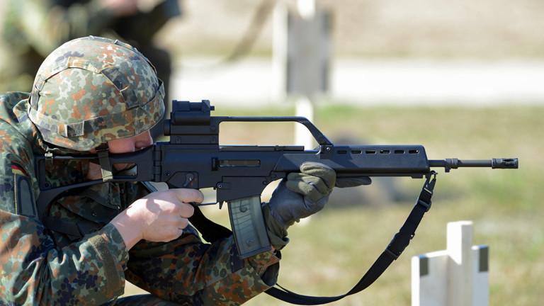 Ein Soldat hält das G36 im Anschlag, das Standardgewehr der Bundeswehr.