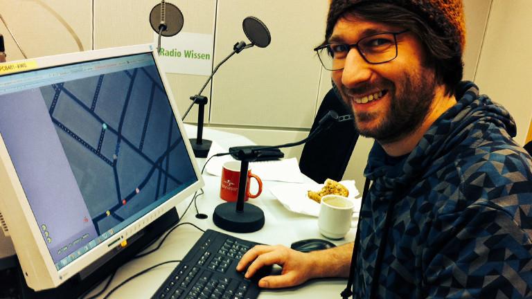 DRadio-Wissen-Mitarbeiter Sebastian Sonntag spielt am 01.04.2015 eine Partie Pacman.