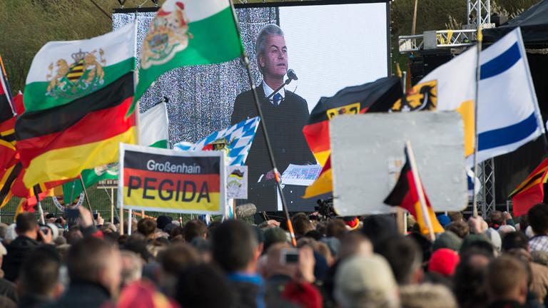 Geert Wilders spricht am 13.4.2015 auf einer Pegida-Kundgebung in Dresden.
