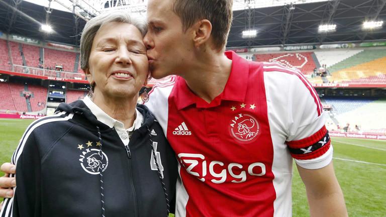 Ajax-Spieler Niklas Moisander steht im Stadion und küsst seine Mutter; Aktion des Fußballvereins zum Muttertag; Bild: dpa