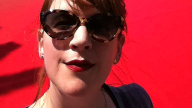 Marlis Schaum vor einem roten Teppich. Cannes, 2014.