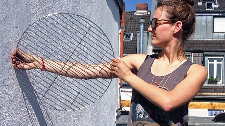 DRadio-Wissen-Reporterin Anna Kohn präsentiert ihren gesäuberten Grill.
