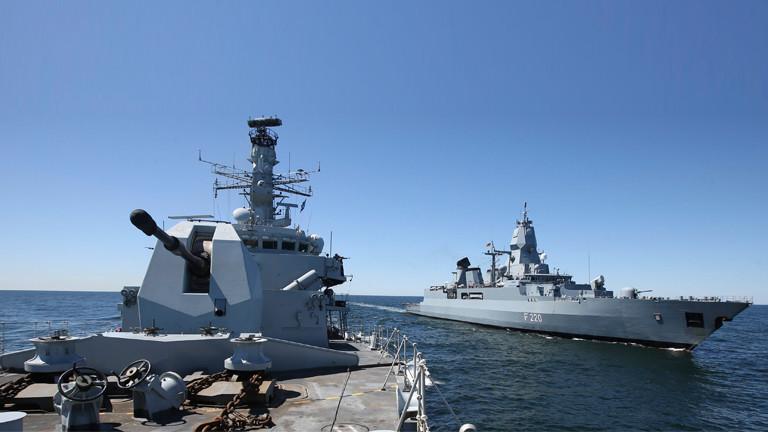 Ein deutsches und ein englisches Kriegsschiff am 15.06.2015 bei dem Manöver Baltops.
