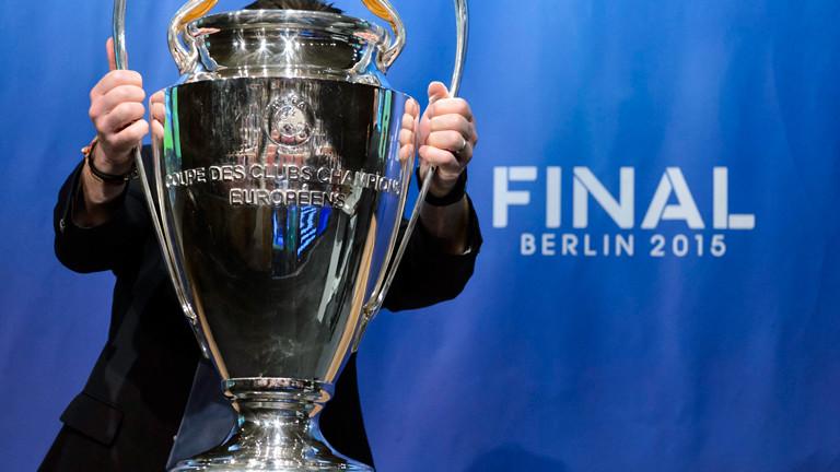 Der Champions-League-Pokal wird in Berlin präsentiert.