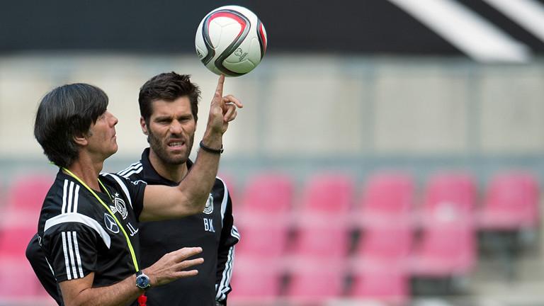 Bundestrainer Joachim Löw zeigt am 09.06.2015 seine Fußballtricks.