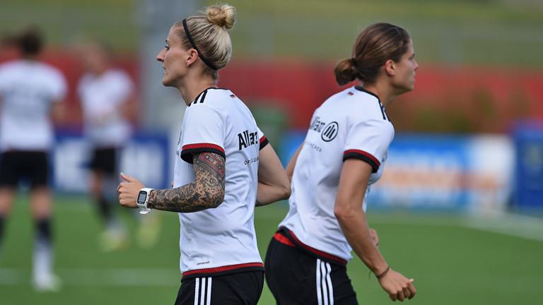 Anja Mittag (l) und Annike Krahn beim Training während der Fußball-WM in Kanada, 13. Juni 2015; Bild: dpa