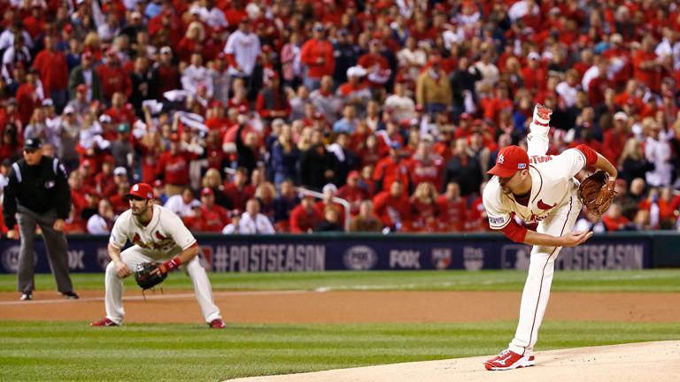 Szene aus einem Baseball-Spiel (Oktober 2014). Der Pitcher Adam Wainwright von den St. Louis Cardinals wirft den Ball; Bild: dpa